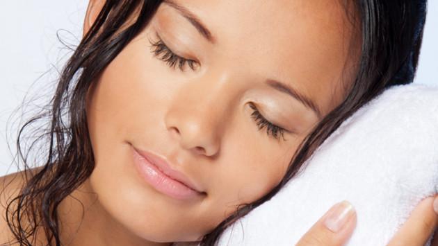Estas son las consecuencias de dormir con el cabello mojado