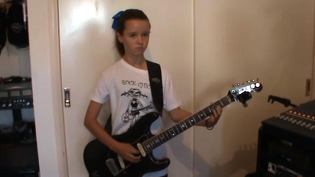 Niña de 13 años toca 'Tema para jóvenes enamorados' de Los Belking's (VIDEO)