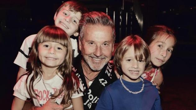 ¡Ricardo Montaner posa feliz junto a todos sus nietos!
