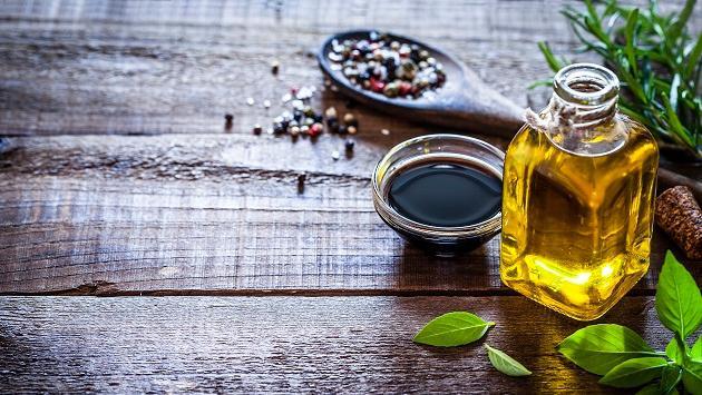 Beneficios de usar este vinagre en tus comidas