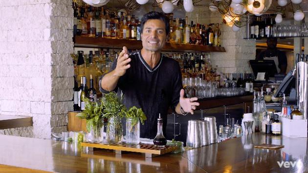 Chayanne te enseña a preparar un trago por Navidad