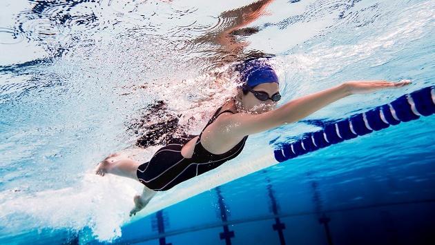 Conoce los beneficios psicológicos de practicar natación