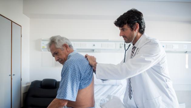 Coronavirus: ¿dónde se puede vacunar al adulto mayor contra la neumonía?