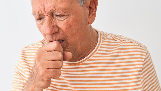 El Doctor en tu casa responde: Tengo tos seca, estornudos y dolor de garganta, pero soy negativa al COVID-19