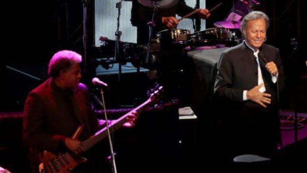 Julio Iglesias pospone su gira estadounidense por el paso del huracán Dorian