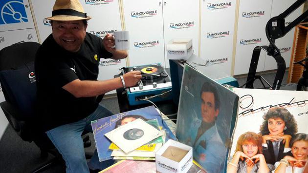 Koky salgado nos muestra su colección de discos y revoluciona la cabina de Radio La Inolvidable