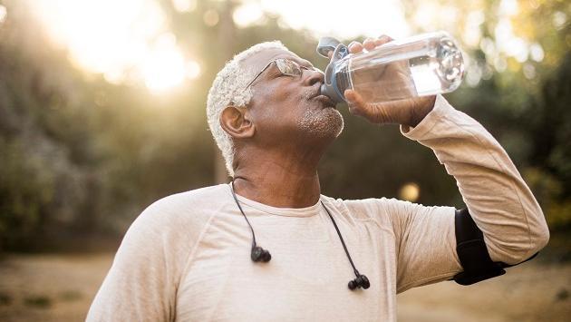 La importancia de la hidratación en la adultez