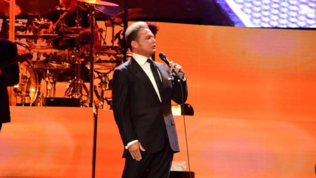 Luis Miguel canta para otras personas en un restaurante de España