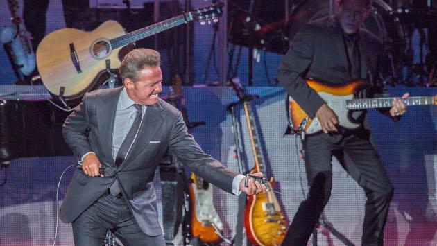 Luis Miguel es felicitado por su novia tras ganar el Grammy