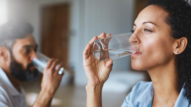 Por estos motivos debes beber al menos 2 litros de agua al día