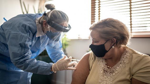 Un adulto que tuvo covid y padece fibrosis ¿puede vacunarse contra el covid?