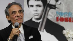 Cantante le rinde homenaje a José José en los Latin AMAs
