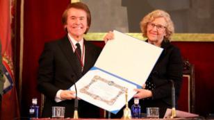 Raphael recibió el título de hijo adoptivo de Madrid